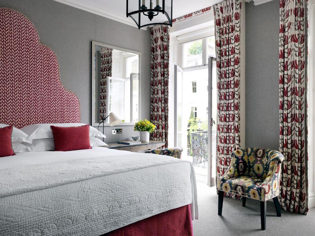 Een bed of bedden in een kamer bij Number Sixteen, Firmdale Hotels