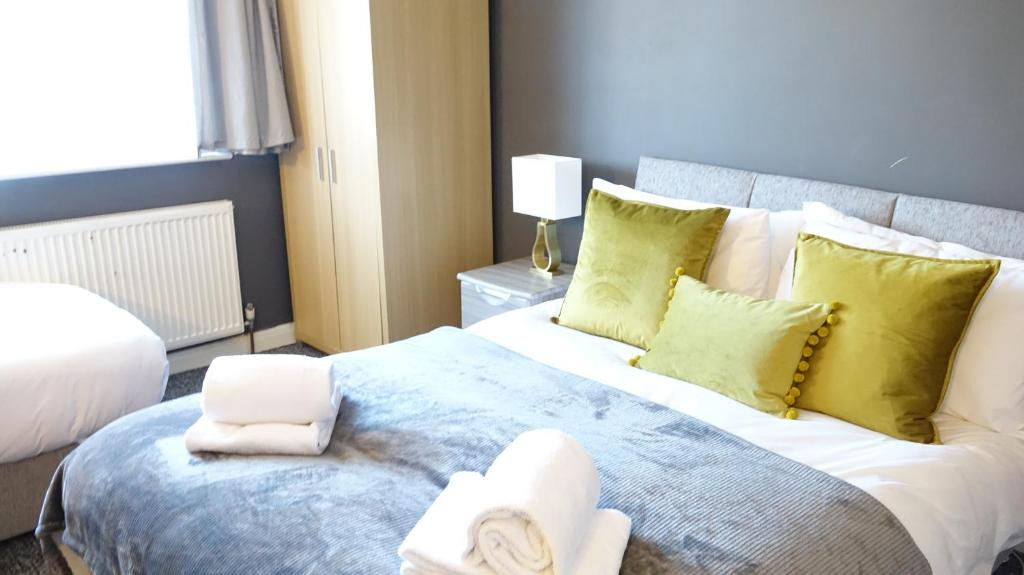 A bed or beds in a room at Airport Garden Rooms