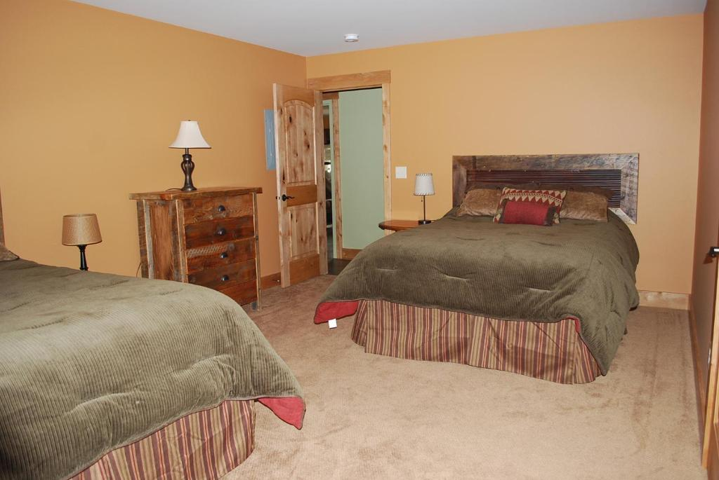 A bed or beds in a room at Yellowstone Villa
