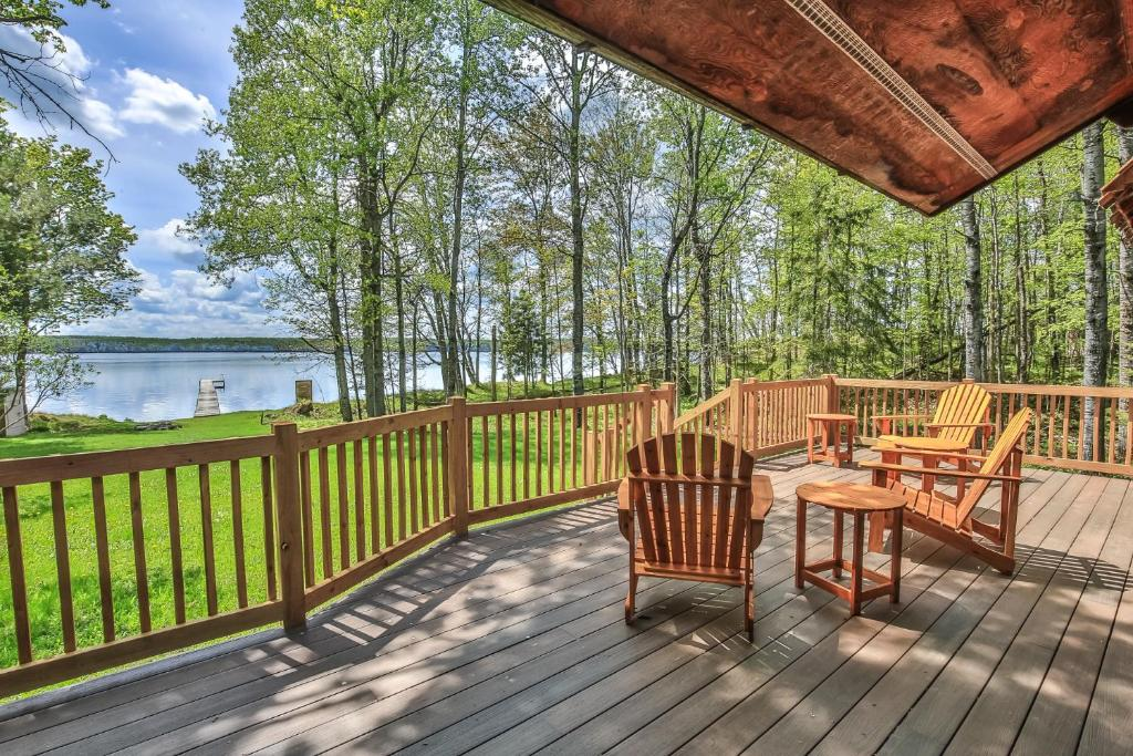 A balcony or terrace at Hodge Podge Lodge-Hiller Vacation Homes Home
