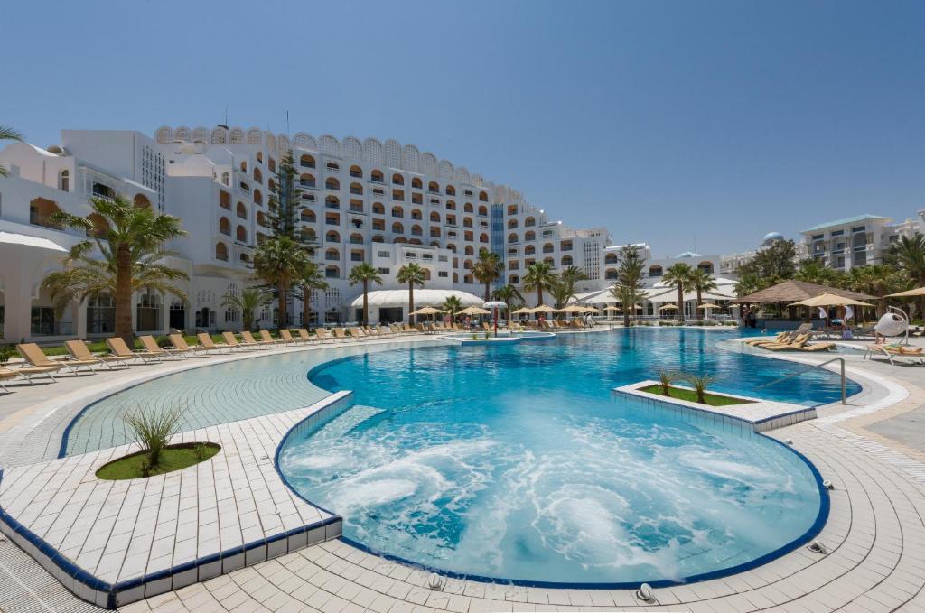 Het zwembad bij of vlak bij Marhaba Palace