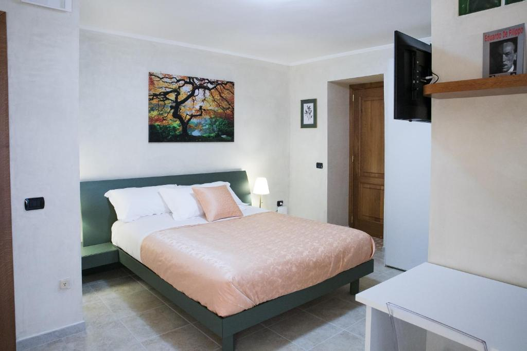 A bed or beds in a room at Vittoria Guest House Salerno