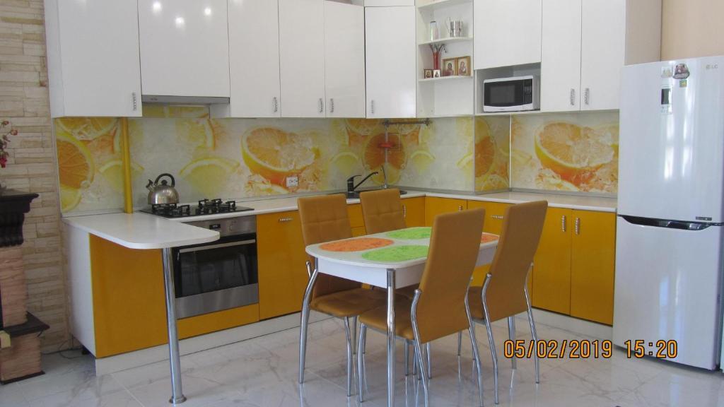 Кухня или мини-кухня в Apartment on Krymskaya 19