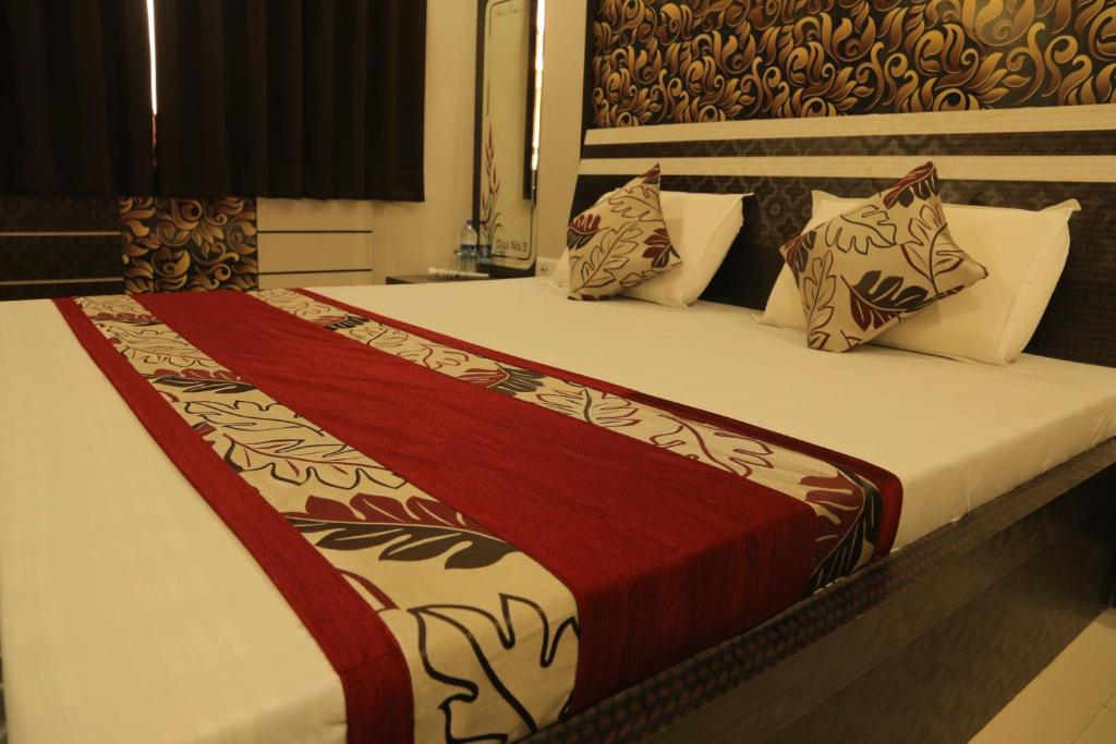 A bed or beds in a room at Hotel Royal Ajmer