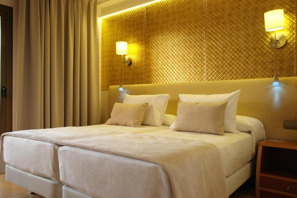 A bed or beds in a room at Invisa Hotel La Cala