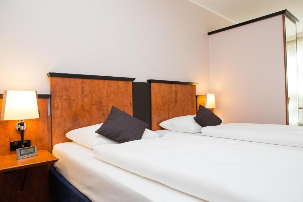 A bed or beds in a room at AMEDIA Hotel Frankfurt Rüsselsheim