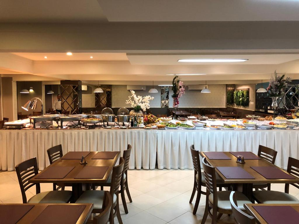 A restaurant or other place to eat at Hotel Recanto Do Rouxinol