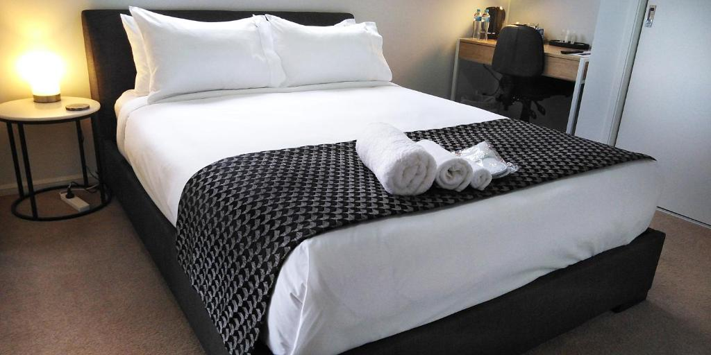 A bed or beds in a room at Lakeside Retreat & Business