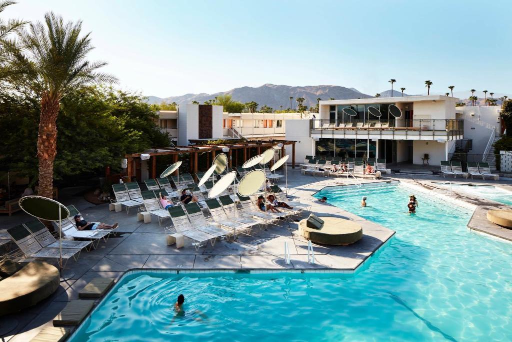 Ein Blick auf den Pool von der Unterkunft Ace Hotel and Swim Club Palm Springs oder aus der Nähe