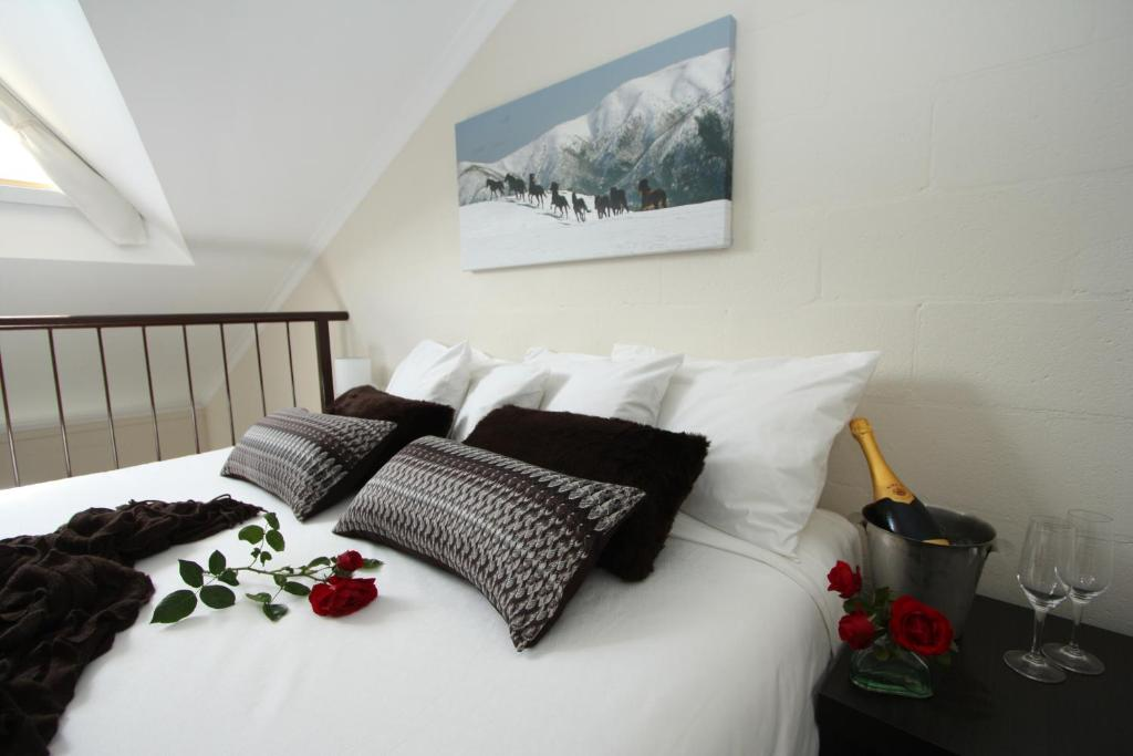 A bed or beds in a room at Summit Ridge Alpine Lodge