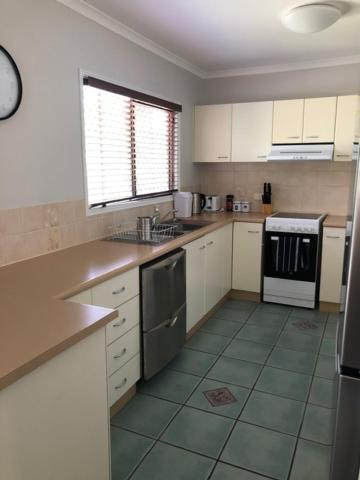 A kitchen or kitchenette at LOUISA