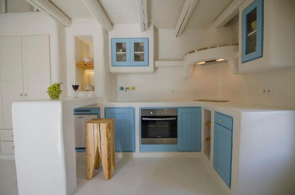A kitchen or kitchenette at Yialos Ios Hotel
