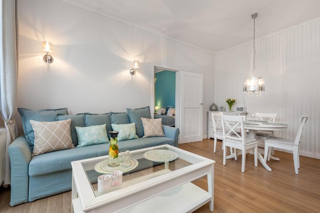 A seating area at Apartamenty Black&White - Apartament Royal