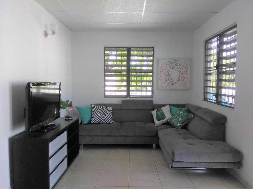 A seating area at Urban Terrace Apartment in San Juan