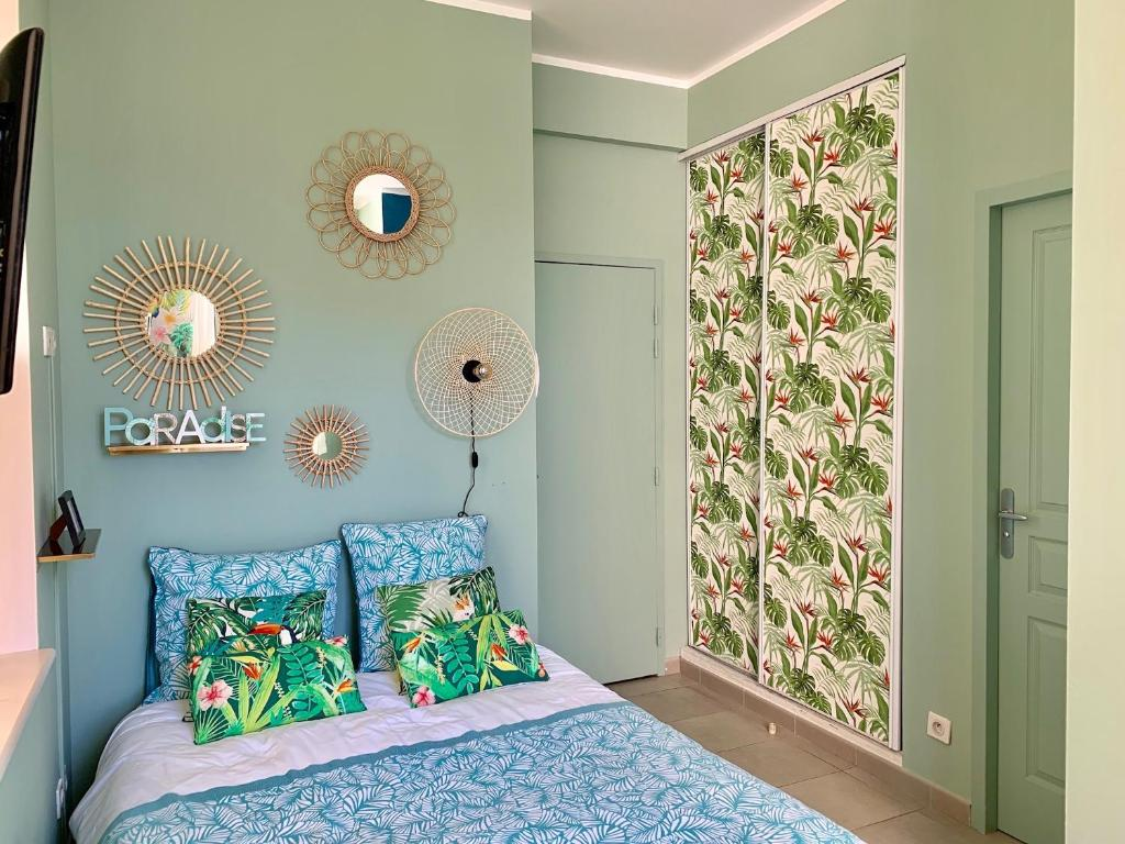 A bed or beds in a room at Sunny Studio Vieux Port