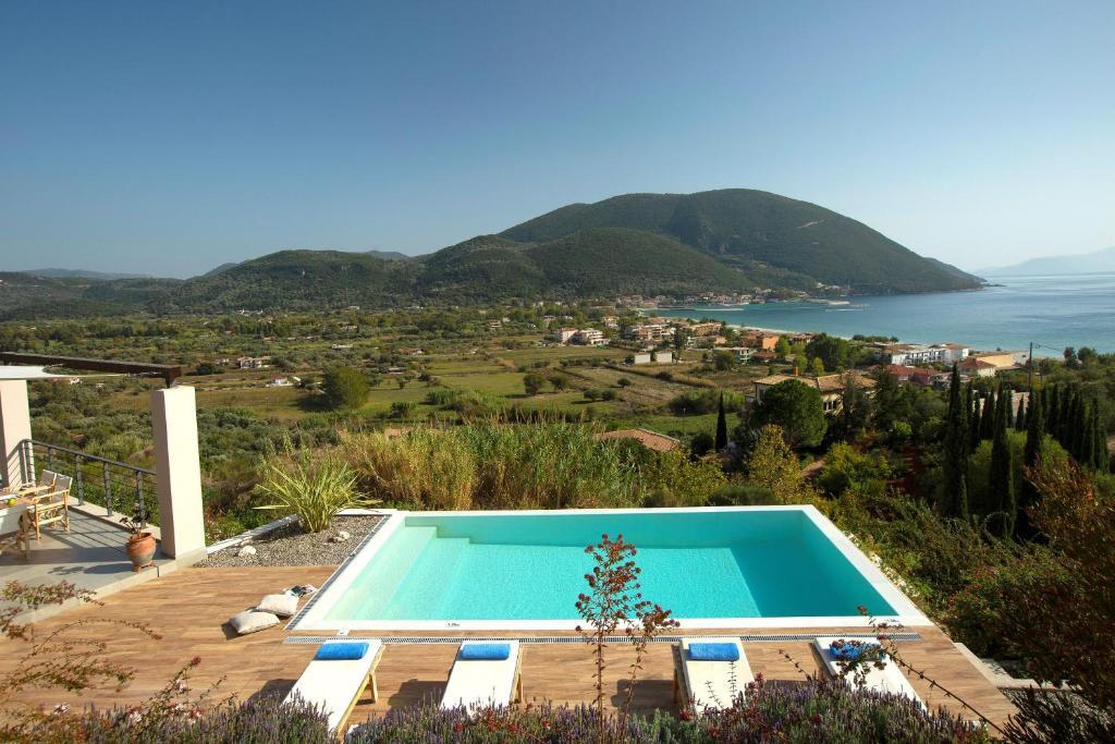 Vista sulla piscina di Anemos Luxury Villas o su una piscina nei dintorni
