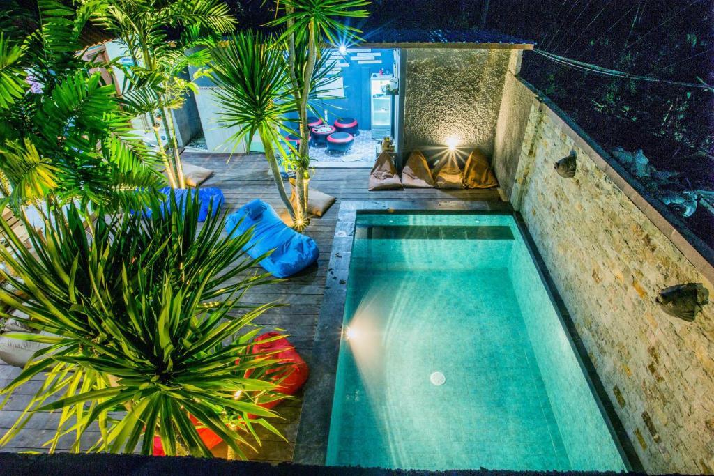 Der Swimmingpool an oder in der Nähe von Suba Homestay