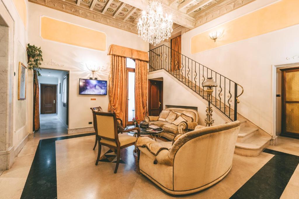 Uma área de estar em Domus Florentiae Hotel