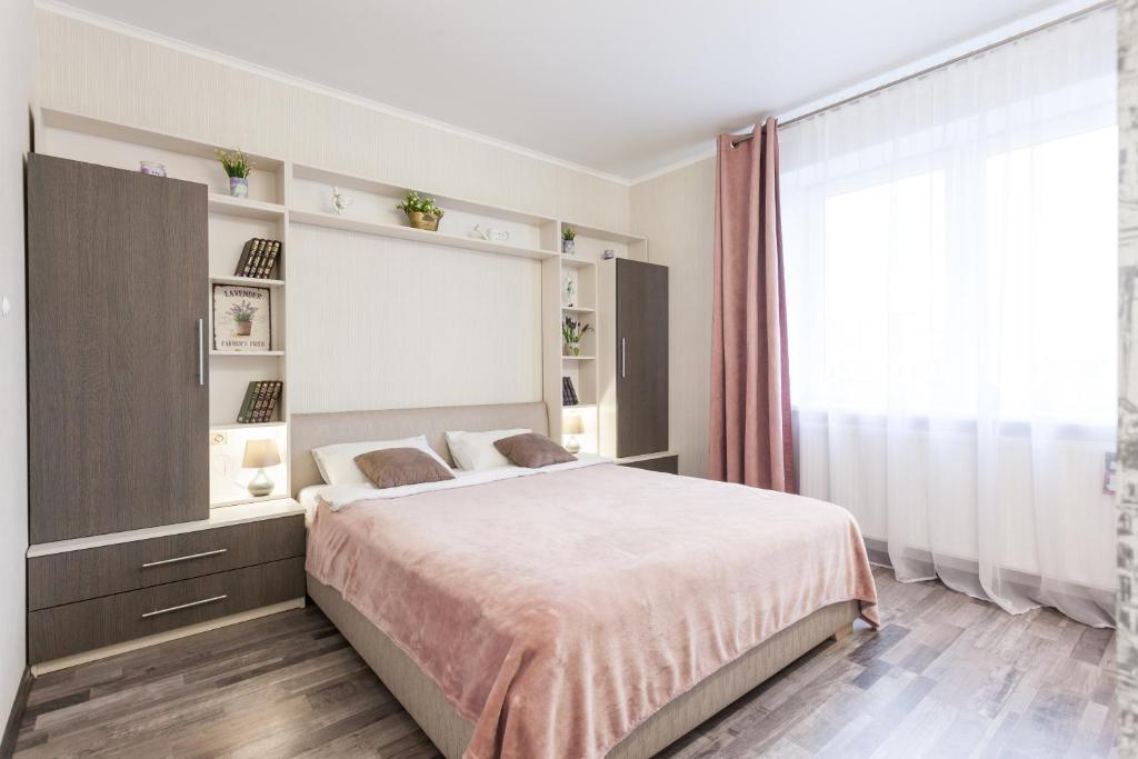 A bed or beds in a room at Apartment on Oktyabrskaya