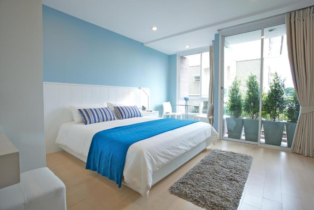 A bed or beds in a room at Cinnamon Residence