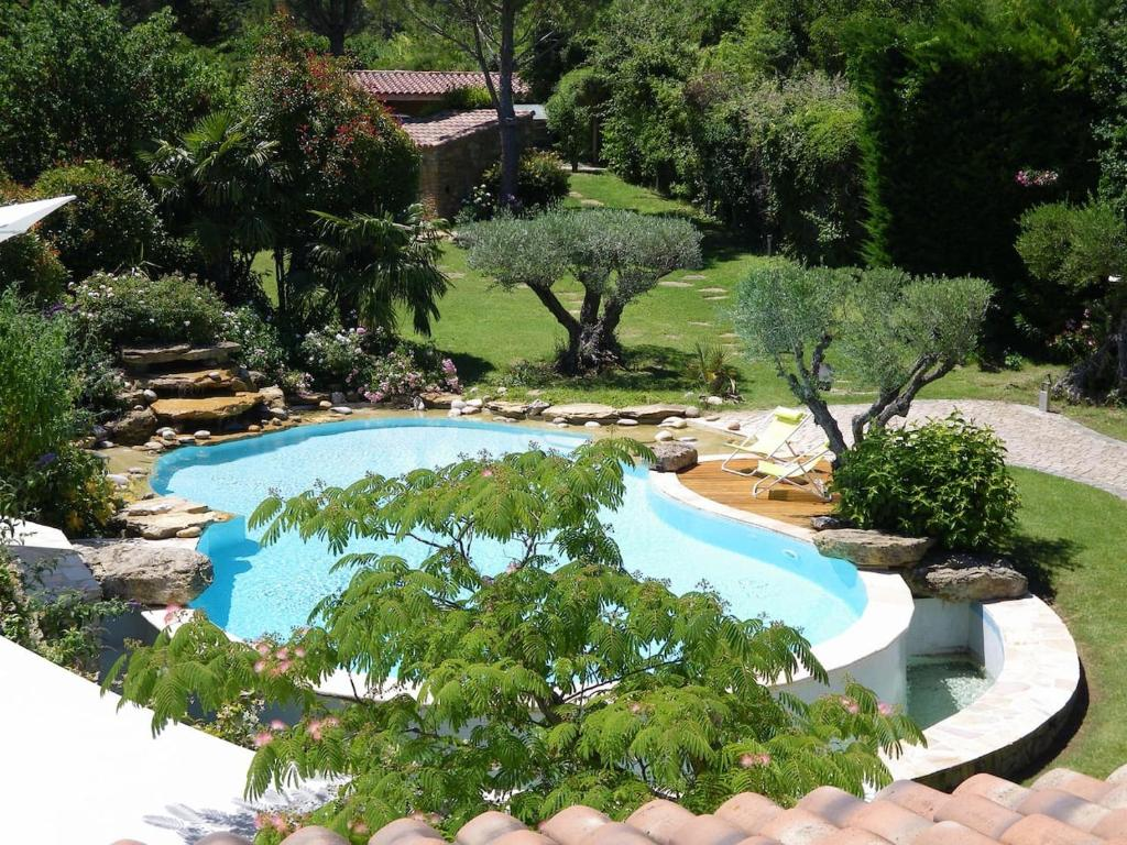 A view of the pool at Au pays de Cézanne Picasso or nearby