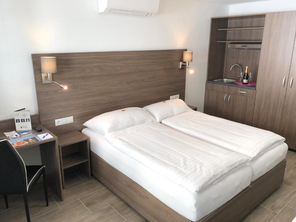 Кровать или кровати в номере Hotel König