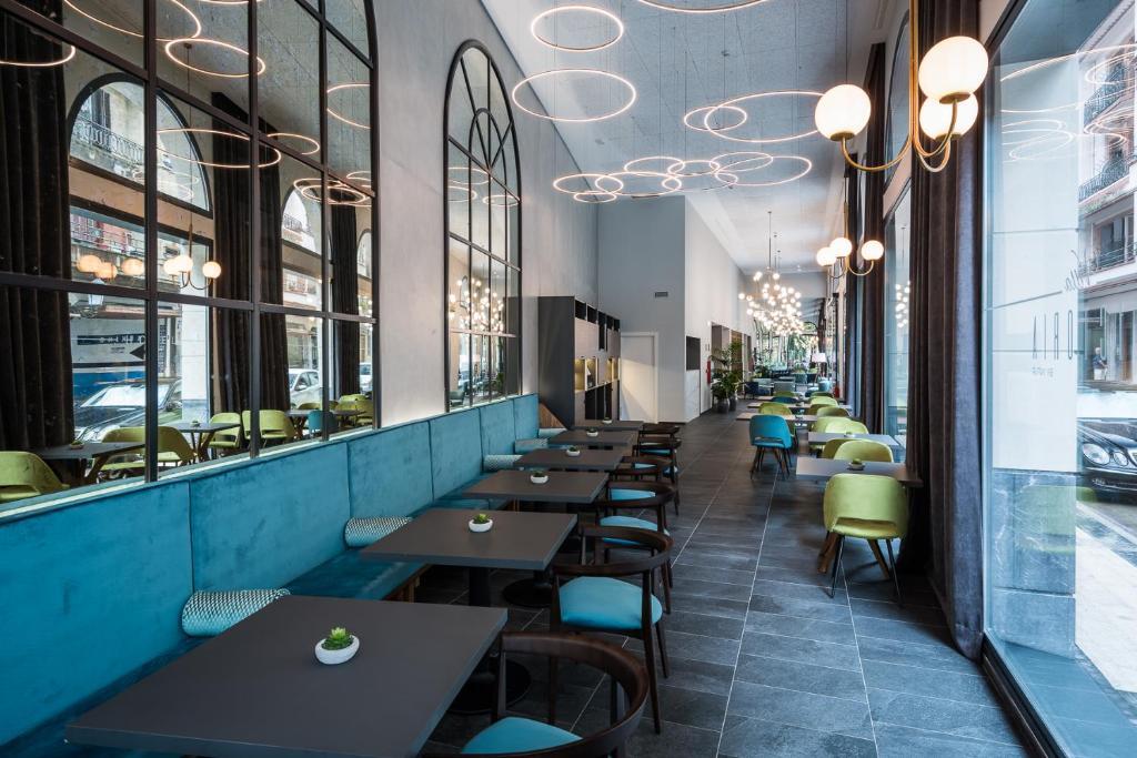 Un restaurante o sitio para comer en Hotel Villa Victoria By Intur