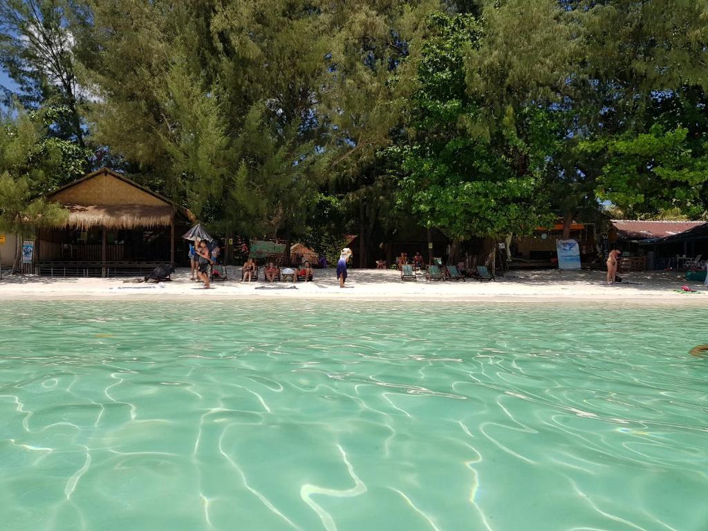 ชายหาดของหมู่บ้านพักตากอากาศหรือชายหาดที่อยู่ใกล้ ๆ