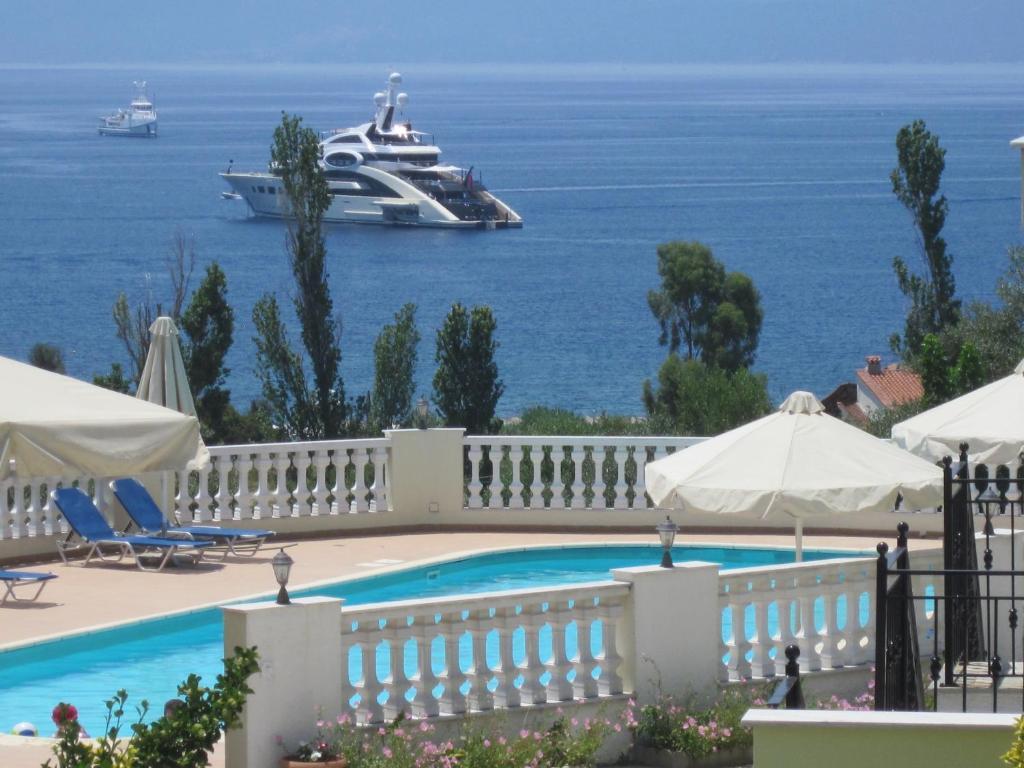 Θέα της πισίνας από το Kolios View Studios ή από εκεί κοντά