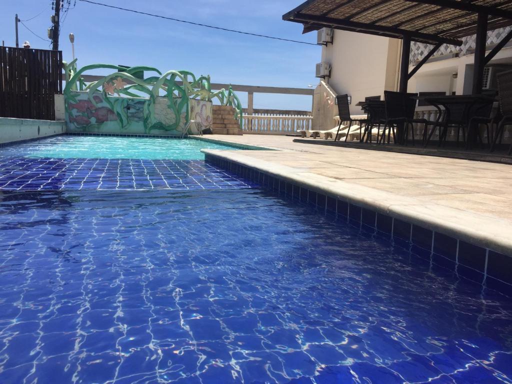 A piscina localizada em Eden Praia Hotel ou nos arredores