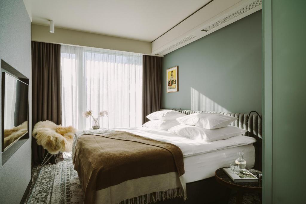 Een bed of bedden in een kamer bij PURO Wrocław Stare Miasto
