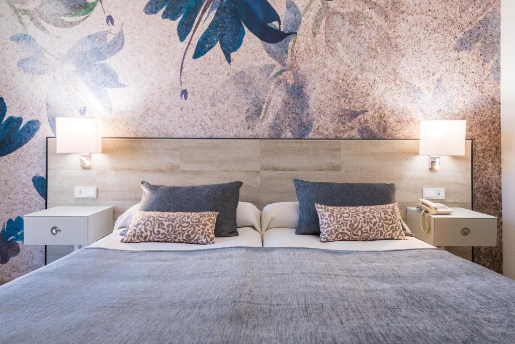 Кровать или кровати в номере Salles Hotel Málaga Centro