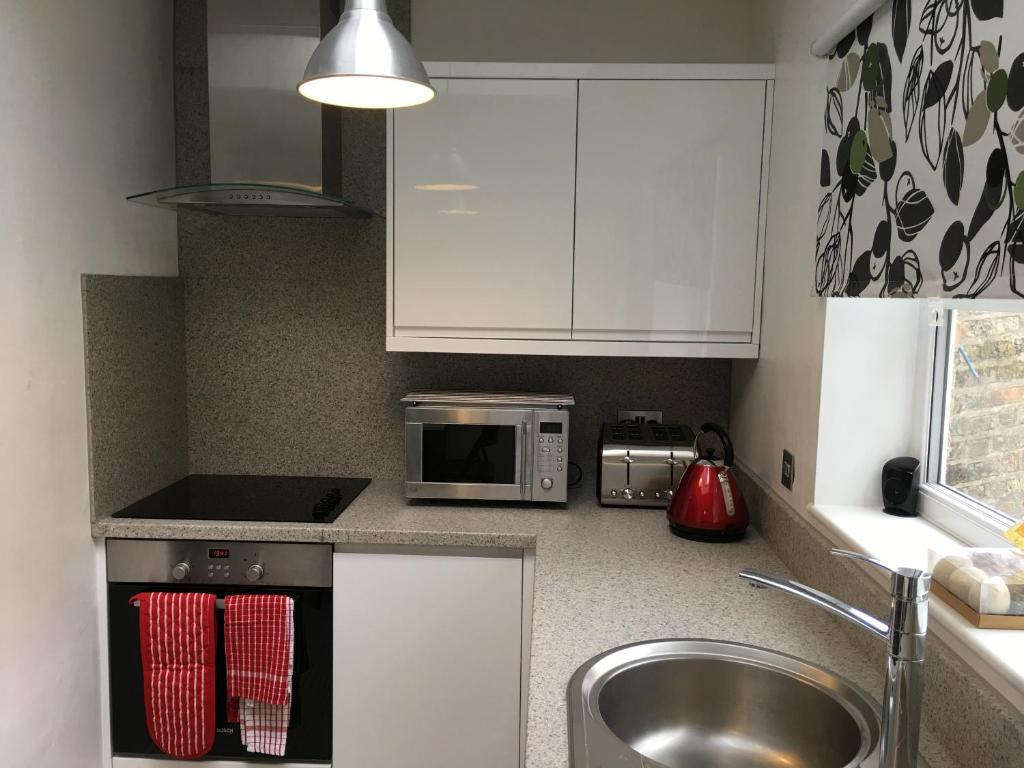 A kitchen or kitchenette at Mildmay Road Apartments