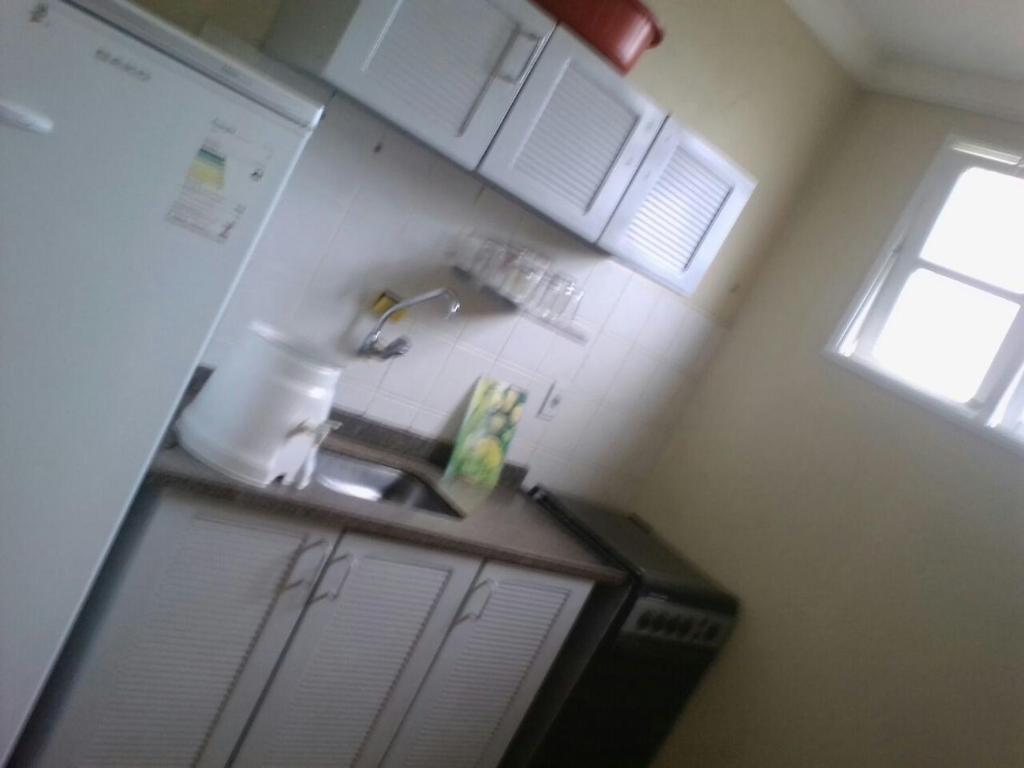 A kitchen or kitchenette at Apto 3 qtos Praia Jacaraípe Serra