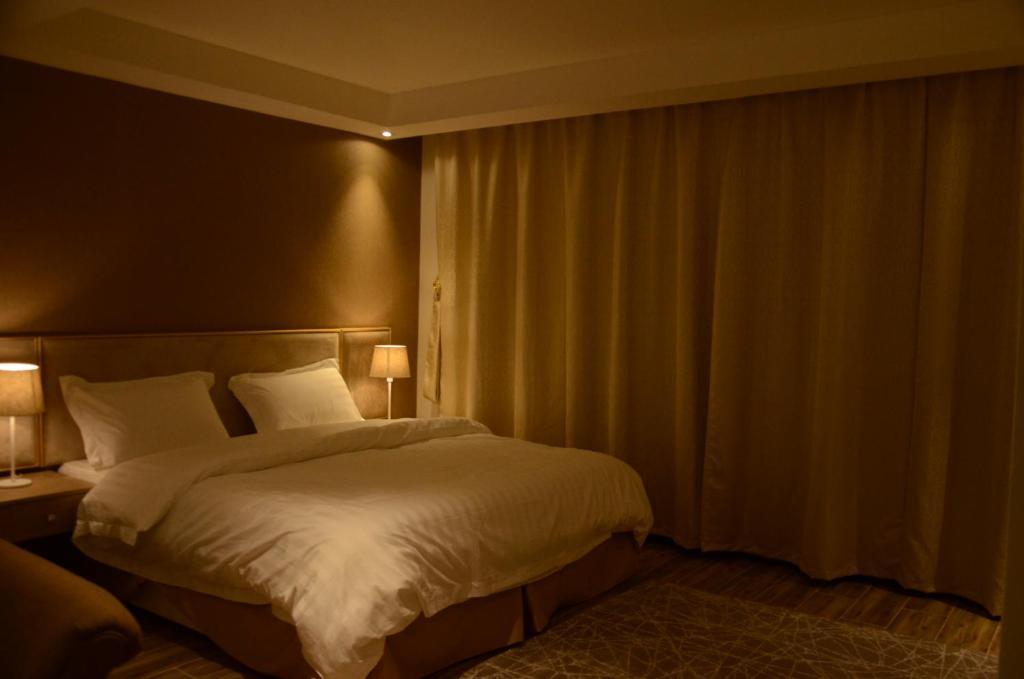 Cama ou camas em um quarto em Manazel Hail Furnished Apartments