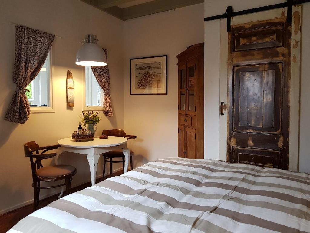 A bed or beds in a room at Atelier B&B 'Sinnestriel'