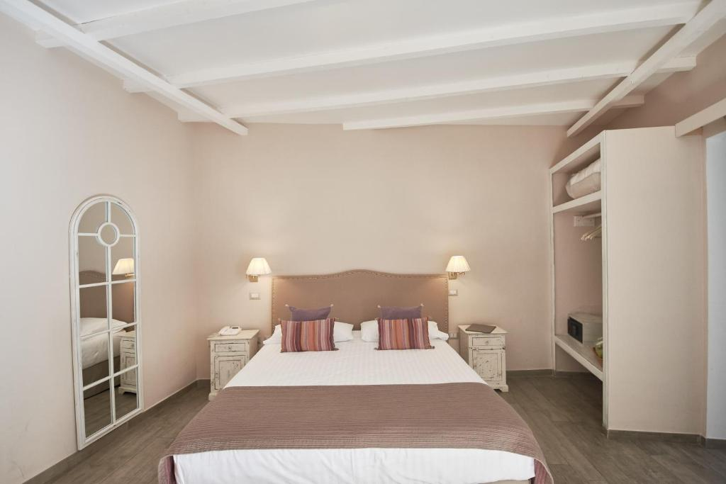 A bed or beds in a room at Cas'E Charming House