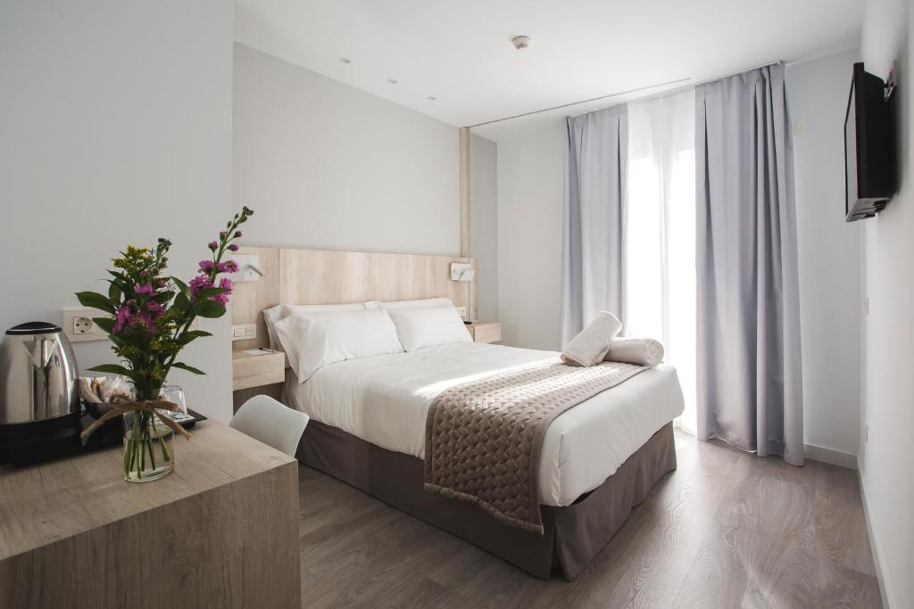 A bed or beds in a room at Hotel Ábaster
