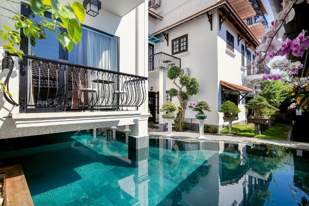 Der Swimmingpool an oder in der Nähe von Riverside Impression Villa