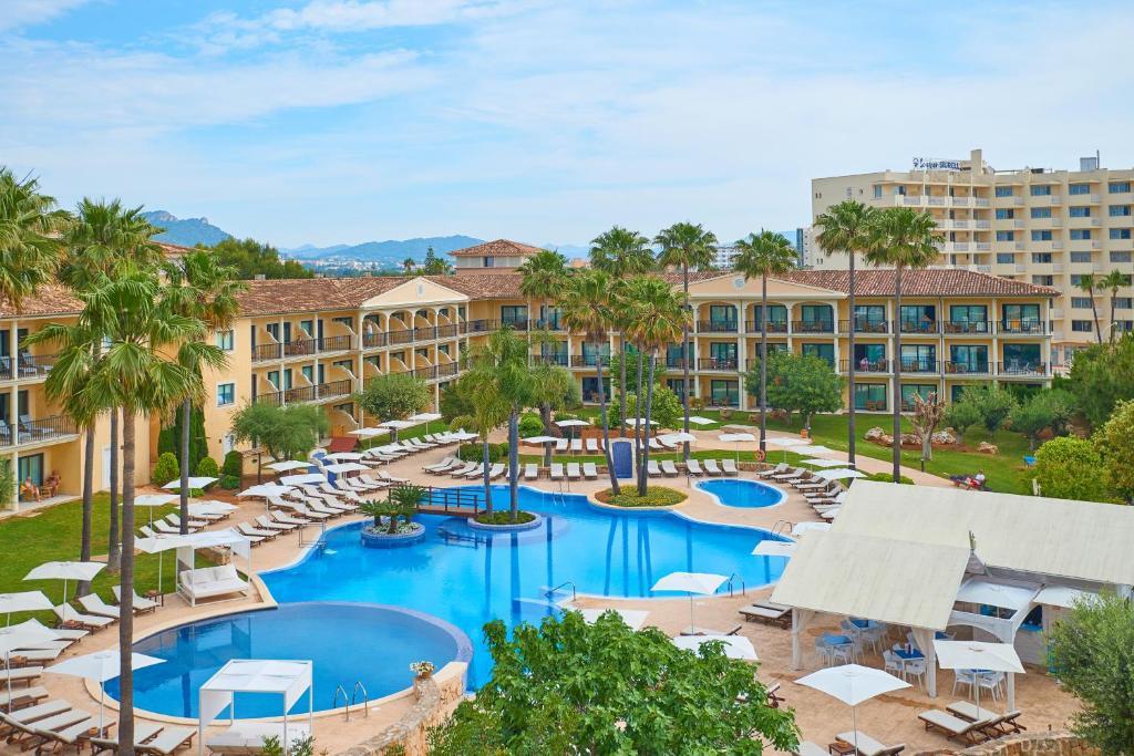Widok na basen w obiekcie CM Mallorca Palace - Only Adults lub jego pobliżu