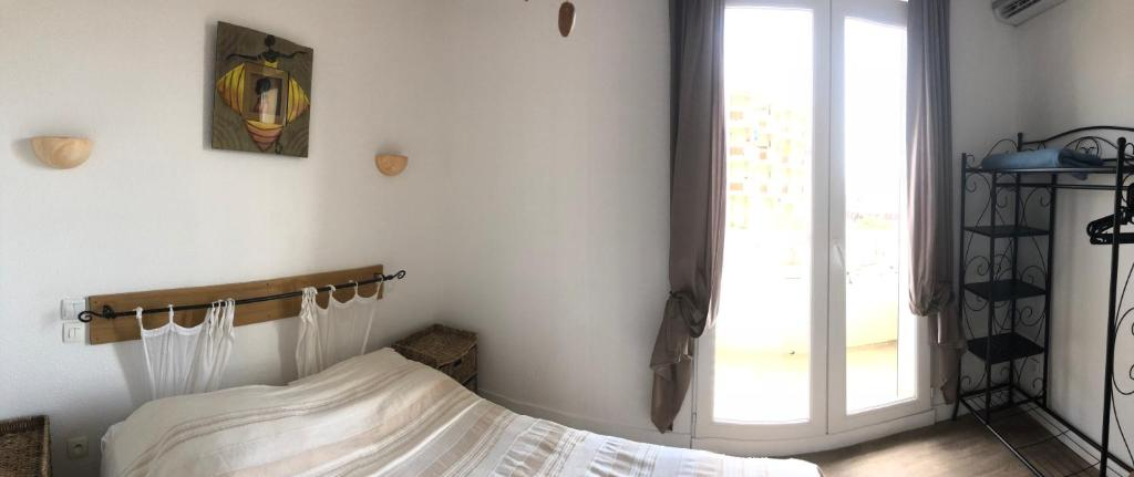 A bed or beds in a room at Hôtel Le Carnon