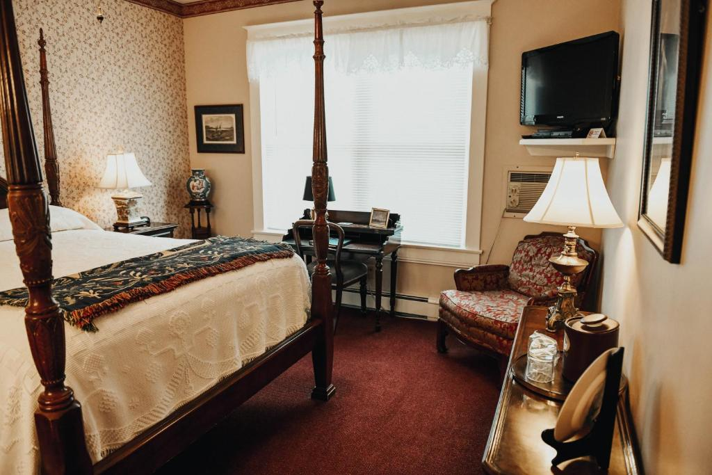A bed or beds in a room at China Clipper Inn
