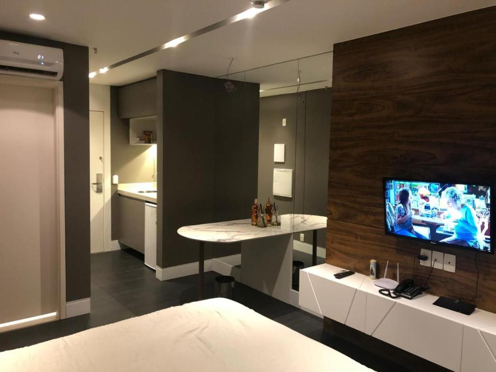 A television and/or entertainment centre at FLAT design moderno no Fusion Apart Hotel
