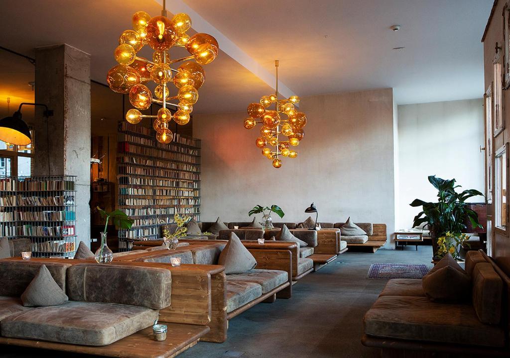 Een zitgedeelte bij Michelberger Hotel