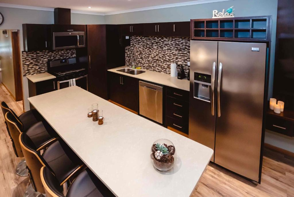 A kitchen or kitchenette at Platinum Cawa Apartments