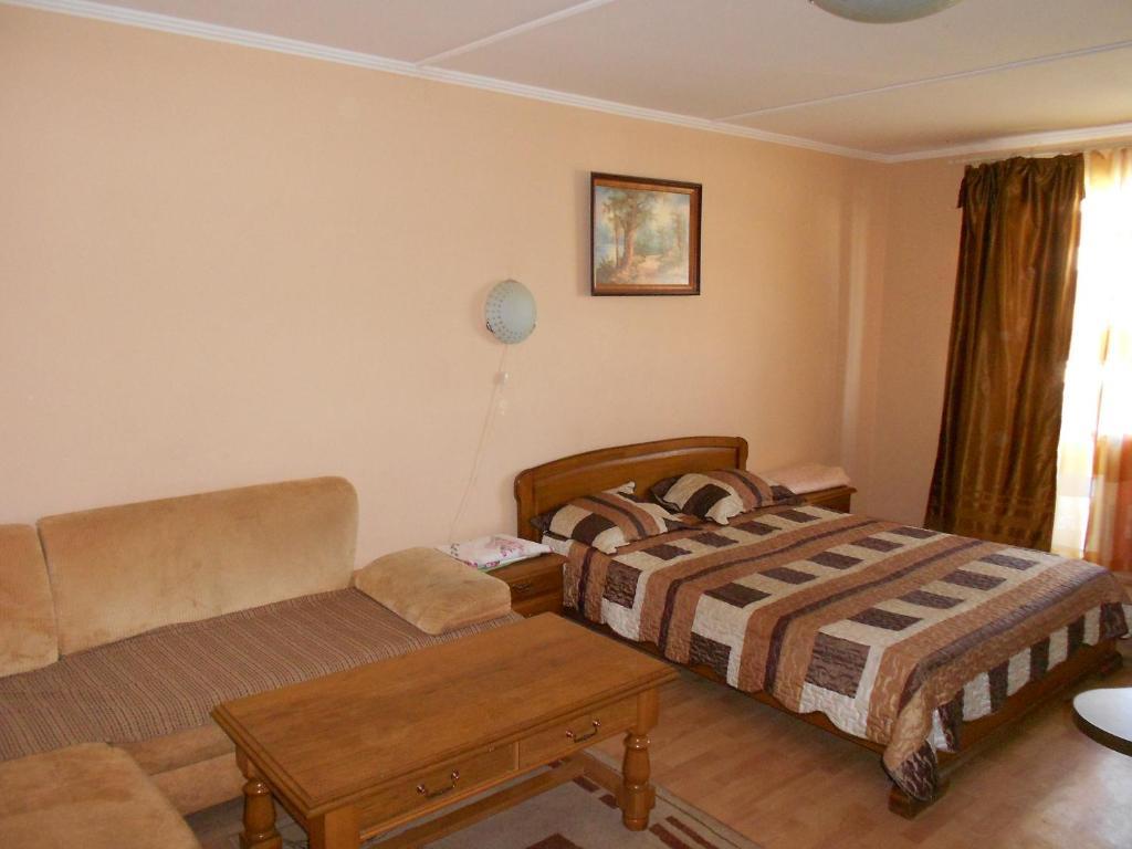Кровать или кровати в номере Apartment on Mira 100