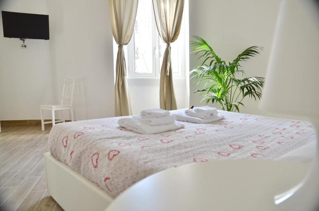 A bed or beds in a room at Domitilla - Luxury apartment in the heart of Rome