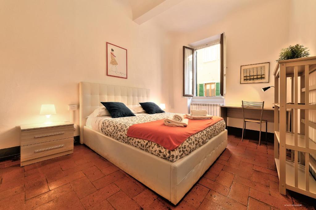 A bed or beds in a room at Wine Apartments Florence Colorino
