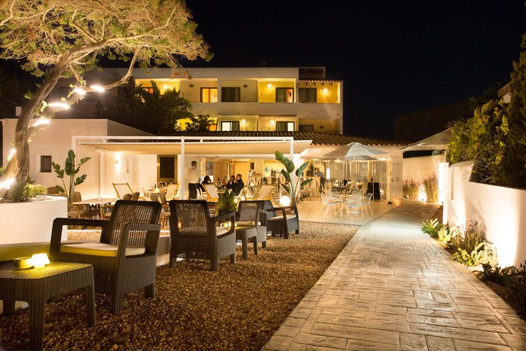 A restaurant or other place to eat at Hotel Rosamar