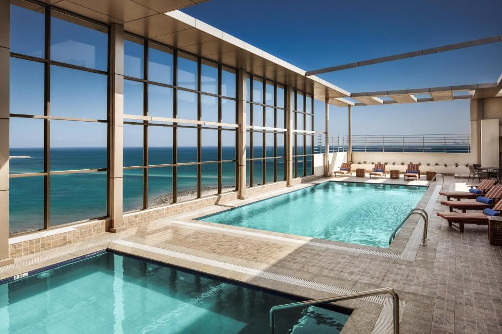 A piscina localizada em Hilton Garden Inn Al Jubail ou nos arredores